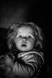 Ett barn med en förvånad blick arkivfoton