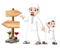 ett barn med hans fader är stå och posera nära den tomma trävägvisaren vektor illustrationer