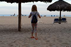 Ett barn på kusterna av Atlanticet Ocean! royaltyfri foto