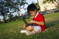Ett barn rymmer en anteckningsbok Arkivbilder