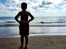 Ett barn ser havet Royaltyfria Bilder
