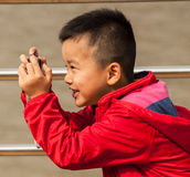 Ett barn som tar en bild Arkivfoto