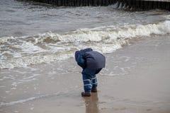 Ett barn spelar i stranden Royaltyfria Bilder