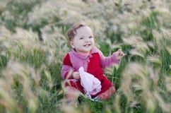 Ett barn undersöker naturen Fotografering för Bildbyråer