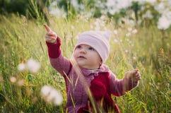 Ett barn undersöker naturen Arkivbilder