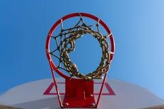 Ett basketbeslag med f?rtj?nar i gatan p? bakgrunden av bl? himmel Botten besk?dar royaltyfria bilder