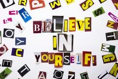 Ett begrepp för visning för ordhandstiltext av Believe i dig gjorde av den olika tidskrifttidningsbokstaven för affärsfall på whe arkivbild