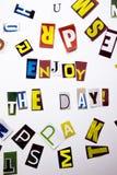 Ett begrepp för visning för ordhandstiltext av Enjoy som dagen gjorde av den olika tidskrifttidningsbokstaven för affärsfall på d royaltyfri fotografi