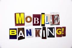 Ett begrepp för visning för ordhandstiltext av mobila bankrörelsen som göras av den olika tidskrifttidningsbokstaven för affärsfa Royaltyfri Bild