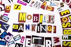 Ett begrepp för visning för ordhandstiltext av mobila bankrörelsen som göras av den olika tidskrifttidningsbokstaven för affärsfa Royaltyfria Foton
