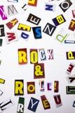 Ett begrepp för visning för ordhandstiltext av Rock - och - rulle som göras av den olika tidskrifttidningsbokstaven för affärsfal Fotografering för Bildbyråer