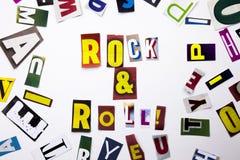 Ett begrepp för visning för ordhandstiltext av Rock - och - rulle som göras av den olika tidskrifttidningsbokstaven för affärsfal Arkivbilder
