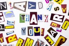 Ett begrepp för visning för ordhandstiltext av Thank dig, tacka som göras av den olika tidskrifttidningsbokstaven för affärsfall  arkivbild