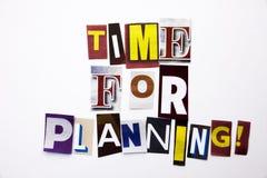 Ett begrepp för visning för ordhandstiltext av Time för att planera som göras av den olika tidskrifttidningsbokstaven för affärsf Arkivfoto