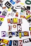 Ett begrepp för visning för ordhandstiltext av Time för att planera som göras av den olika tidskrifttidningsbokstaven för affärsf Arkivfoton
