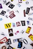 Ett begrepp för visning för ordhandstiltext av VILKEN FRÅGA gjorde av den olika tidskrifttidningsbokstaven för affärsfall på de v fotografering för bildbyråer