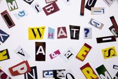 Ett begrepp för visning för ordhandstiltext av VILKEN FRÅGA gjorde av den olika tidskrifttidningsbokstaven för affärsfall på de v arkivbilder