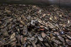 Ett berg av skor som tas från utförda fångar på skärm på det Auschwitz-Birkenau statmuseet på Oswiecim i Polen Royaltyfri Bild