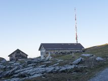 Ett berg förlägga i barack på vaggar arkivbild