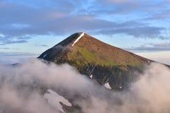Ett bergmaximum är i moln Arkivfoton