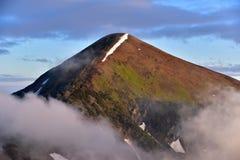 Ett bergmaximum är i moln Arkivbilder