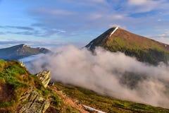 Ett bergmaximum är i moln Fotografering för Bildbyråer