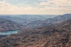 Ett bergpasserande i söderna av Jordanien arkivfoto