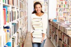 Ett besök till bokhandeln arkivbilder