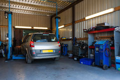 Ett bilreparationsgarage Arkivbild