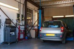 Ett bilreparationsgarage Arkivfoto
