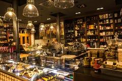 Ett blänka lager av mat och drycken i Bilbao, Spanien royaltyfria bilder