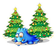 Ett blått monster som skrivar ett brev nära det grönt, sörjer träd Royaltyfri Fotografi
