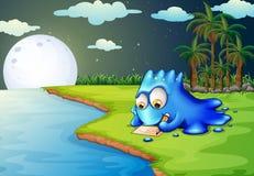 Ett blått monster som skrivar ett brev på flodstranden Royaltyfri Foto