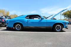 Ett blått mustangframstickande 302, på en bilshow Royaltyfria Foton