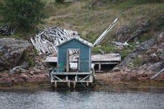 Ett blåttskjul på vattens kant Royaltyfri Foto