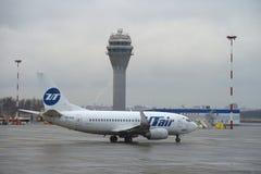 Ett Boeing 737-500 (VQ-BJQ) UTair flyg, innan att flyga till den Pulkovo flygplatsen Arkivfoton