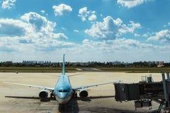 Ett borgerligt flygplan i flygplatsen royaltyfri bild