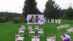 Ett bröllopaltare i vit- och lavendelfärger arkivfilmer