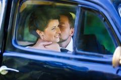 Ett brölloppar i gammal bil Royaltyfri Bild