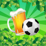 Ett bra exponeringsglas av öl med fotbollbollen på en ljus bakgrund Arkivfoto