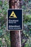 Ett brant kulletecken för varning på en kant av en slinga royaltyfri bild