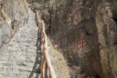 Ett brant stenar trappuppgången arkivfoto