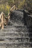 Ett brant stenar trappuppg?ngen royaltyfria foton