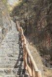 Ett brant stenar trappuppg?ngen fotografering för bildbyråer