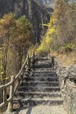 Ett brant stenar trappuppg?ngen royaltyfri fotografi