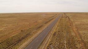 Ett brett grönt fält och en lång väg arkivfilmer