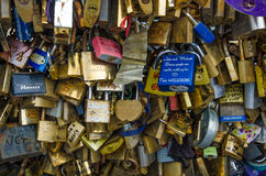 Ett brett sortiment av lås som lämnas av vänner på en Paris bro Arkivbild