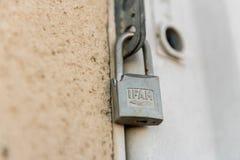 Ett brutet IFAM-lås stänger dörren av en elektrisk panel i Caceres, Extremadura, Spanien arkivfoto