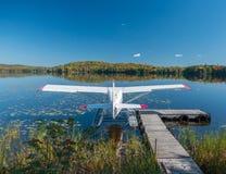 Ett buskeflygplan på en sjö Royaltyfri Foto