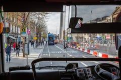 Ett bussförareperspektiv av en upptagen stadsgata som ses från insidan royaltyfria bilder